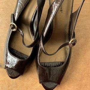 Peak-toe sling back — like new!